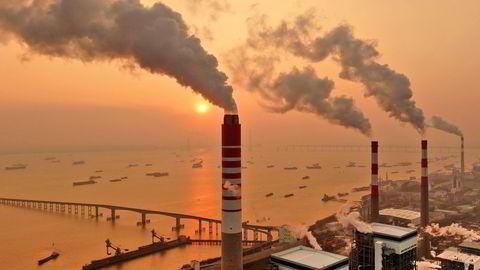 Solnedgang bak et kullkraftverk ved elven Yangtze i Nantong i Kina. Forbrenning av kull er en av de største kildene til menneskeskapte CO2-utslipp.