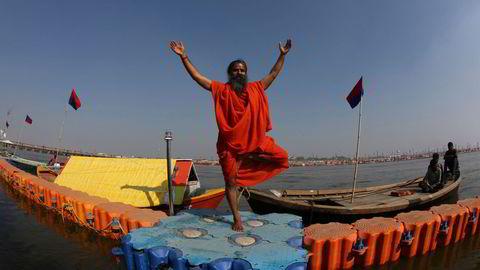 Den indiske yoga-guruen  Swami «Baba» Ramdev lover tilhengerne at de skal bli millionærer hvis de følger hans råd og investerer i selskapet han eier i forbindelse med en kommende børsnotering.