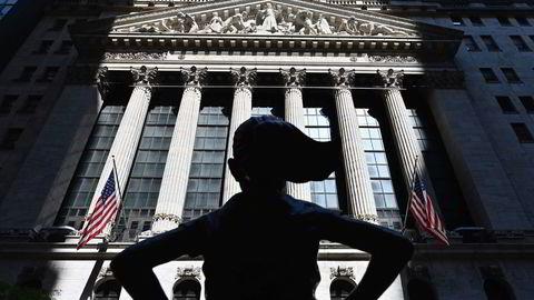 De ledende indeksene på Wall Street stiger fra start mandag etter fallet forrige uke.