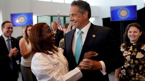 Guvernøren i New York, demokraten Andrew Cuomo (64), har sittet i guvernørstolen i ti år. Nå har statsadvokaten konkludert med at han har seksuelt trakassert en rekke kvinner, og Cuomo kan risikere riksrett. Selv benekter han alle anklagene og forteller at han er en klemmer.