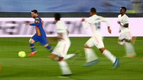 Utbryterklubbene kan fort vise seg å være mest attraktive for spillere som er over middagshøyden, skriver Hallgeir Gammelsæter i kronikken. Spanske Barcelona og Real Madrid er to av utbryterklubbene. Her fra kampen mellom de to lagene 10. april, der Barcelonas Lionel Messi som vanlig har Real Madrid-spillere hakk i hæl.