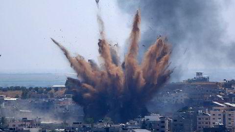 Røyken stiger til værs etter et israelsk luftangrep mot en bygning på Gazastripen torsdag.