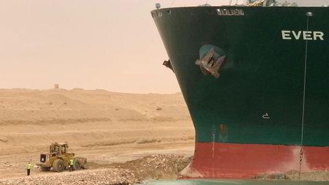 Onsdag 24. mars grunnstøtte et kontainerskip i Suez-kanalen i sterk vind. Trafikken er sperret begge veier.