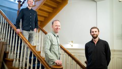 Henrik Langeland (fra venstre), Nikolai Heum og Thorvald Thorsnes har lagt bak seg sine første 12 måneder som gründere i Enode. De angrer ikke på at de hoppet i det da koronapandemien traff landet.