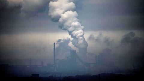 Den siste klimarapporten tegner et dystert bilde av klimaendringene, samtidig som den peker på muligheter, skriver innleggsforfatteren. Her fra det tyske kullkraftverket utenfor Duisburg.
