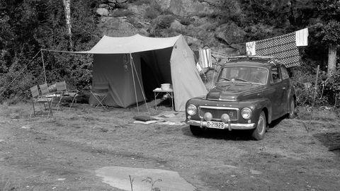 Campingliv med Volvo PV på 1960-tallet, en tid da barn gjerne lå på bilens hattehylle og barneseter knapt nok var oppfunnet.