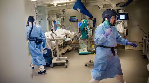 En pasient på intensivavdelingen ved Rikshospitalet får behandling for korona. Sykehustopper er bekymret for at intensivkapasiteten er for dårlig til å takle en pandemitopp.