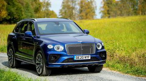 Bentley Bentayga kommer nå med V8-motor og en lettere facelift. Grillen er større og høyere opp enn før, visstnok for å øke bilens selvtillit.
