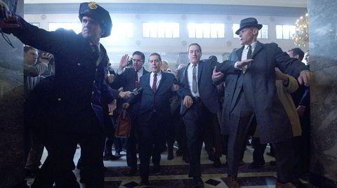 Historien om Frank Sheeran (Robert De Niro) og den mektige fagforeningslederen Jimmy Hoffa (Al Pacino) er blitt et mektig epos og en annerledes mafiafilm. Her eskorterer Sheeran og fagforeningsadvokat Bill Bufalino (Ray Romano) Hoffa inn i retten.