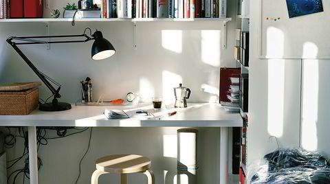Midlertidig kontor. For å unngå å jobbe ved salongbordet i stuen med en lav pc og krum rygg, er det en god idé å skape et ekte hjemmekontor. Hvis man har plass er det fint å innrette et helt rom til kontor, gjerne med møbler som skåner rygg og armer.