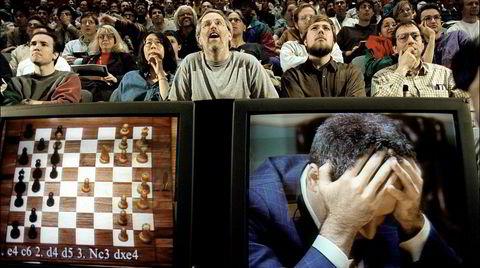 Mann mot maskin. Sjakkfans fulgte med på kampen mellom daværende verdensmester Garry Kasparov og IBMs superdatamaskin Deep Blue i New York i mai 1997.