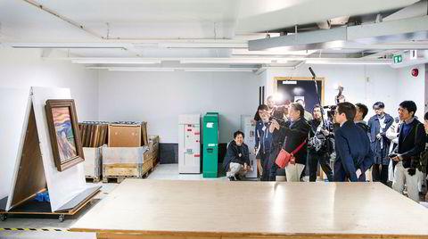 Audiens i kjelleren. Et japansk tv-team får se «Skrik» i hvelvet til Munchmuseet i Oslo, før avreise til Tokyo. Museets omviser Nikita Mathias står i forgrunnen.