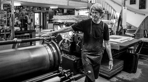 Guddommelige øyeblikk. Trykkemester Jørund Sørensen står mellom sin litografiske presse og sin boktrykkmaskin. Han frykter at den litografiske trykkekunsten er ved et knekkpunkt nå.