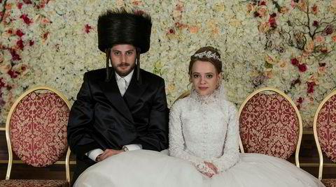 Unge Esty (Shira Haas) bryter ut av det lukkede, hasidiske miljøet i New York. Det tas ikke nådig opp i det lille, strenge samfunnet.