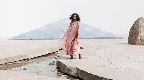 Se min kjole. Awakeawake ble startet i 2012, og spesialiserer seg på plantefargede silkekjoler.
