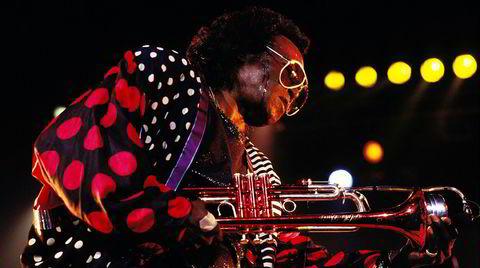 Polkadotter og månestråler. Miles Davis på scenen i Paris i november 1989, to år før sin død.