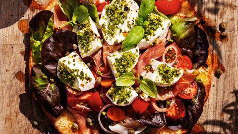 Sommeren er her. Hva passer bedre enn en frisk mellomting mellom salat, sandwich og pizza?