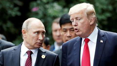 USAs president Donald Trump (til høyre) og Russlands president Vladimir Putin møttes på Apec-toppmøtet i Vietnam i november 2017. Nå åpner russerne for en ny sammenkomst, til tross for den siste tidens masseutsendelser av russiske diplomater.
