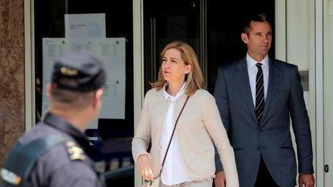 Iñaki Urdangarin (til høyre bak) må i fengsel for korrupsjon. Her fra et tidligere rettsmøte i Palma, sammen med sin kone, prinsesse Cristina.