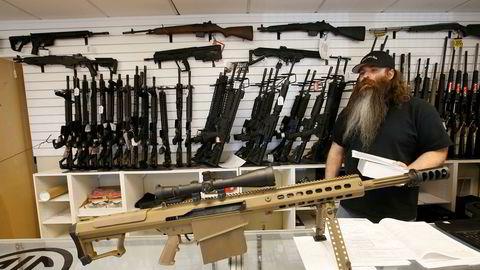 Den siste masseskytingen – der en 19-åring skjøt rundt seg med en semiautomatisk rifle og drepte 17 mennesker og skadet ytterligere 17 – bli enda et tragisk, men ruvende vendepunkt for investorer og bedrifter. Her fra en våpenbutikk i Utah, USA.