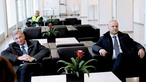 Styreleder Jon Erik Reinhardsen (til venstre) i Equinor og Anders Opedal påtroppende Equinor sjef venter på å få komme inn til Tina Bru. Equinor skal møte olje- og energiministeren i forbindelse med PwC rapport om USA investeringene.