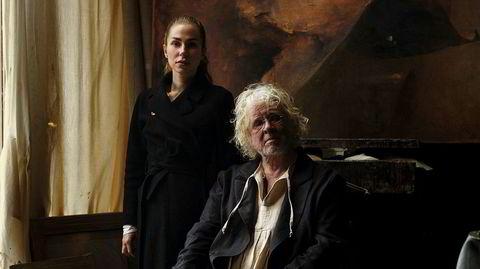 Kunstneren og hans designer. Odd Nerdrum sammen med sin husdesigner Eline Dragesund. Hun syr omtrent syv serker til ham i året, deriblant den han har på seg her.