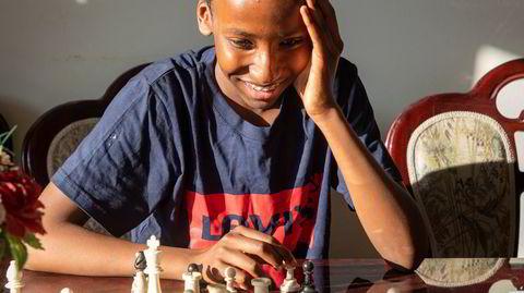 Saad Abobaker Elmi ved sjakkbrettet hjemme i Sandvika. Brettet fikk han da han var seks år og det er fortsatt i bruk.