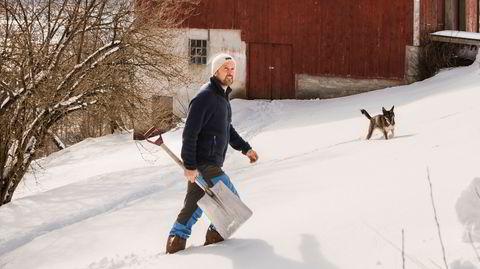 Ser fremover. Stig Arild Pettersen har til hensikt å gjøre maksimalt ut av plassen sin i Isfjorden. Han har stått på ski over absolutt hele tomten sin. Han har tenkt på å gjøre om låven til selskapslokale og plassere en såkalt arctic dome i lia ovenfor. – Du må være litt på, sier han.