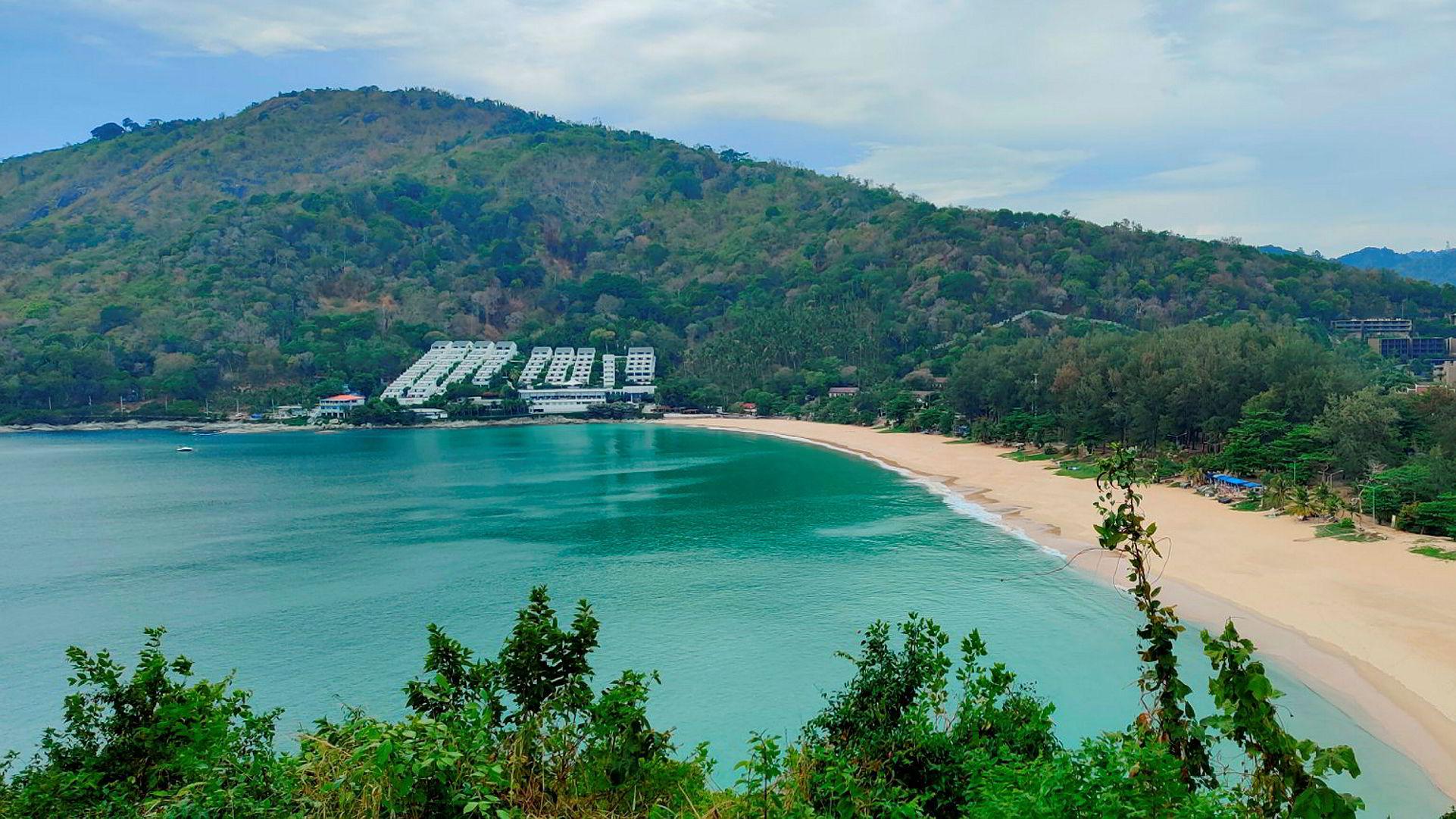 I 2019 var det over 40 millioner turister i Thailand. Nå er det tomme strender og stengte hoteller, blant annet ved Nai Harn-stranden i Phuket.