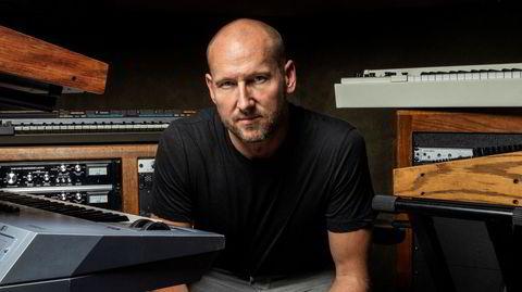 Press play. Tor Erik Hermansen fotografert i studioet sitt i Los Angeles, omringet av det som er kilden til hva han har oppnådd som musikkprodusent: knapper og tangenter.
