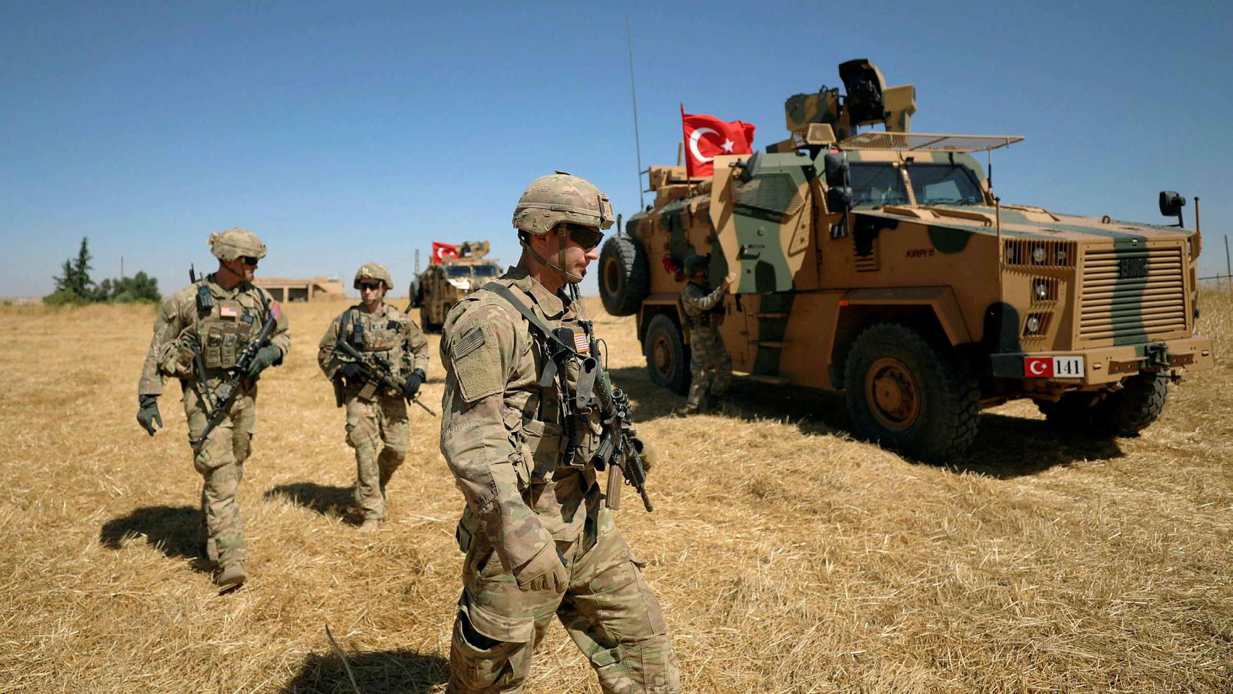 Trekker USA seg tilbake fra en global rolle som avskrekker, er det fritt frem for konfliktentreprenørene. Her patruljerer amerikanske og Tyrkiske soldater området nær Tel Abyad, Syria.