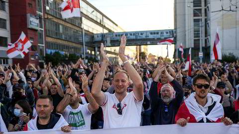 Demonstranter klapper for en av talerne under opposisjonens «rettferdighetsmarsj» i Minsk søndag.