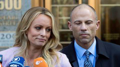 Pornoskuespillerinne Stormy Daniels og hennes advokat Michael Avenatti.