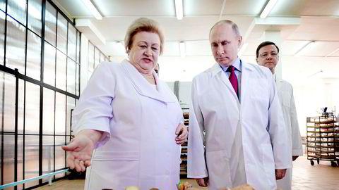 Russlands president Vladimir Putin vinner valget på søndag klart, selv om han knapt har drevet valgkamp. Men sist uke besøkte han en søtvarefabrikk i byen Samara.
