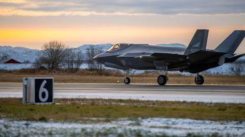 Kampflyet F-35 lander på Ørland flystasjon. Asle Toje tar faglig feil på en rekke områder, skriver artikkelforfatteren.
