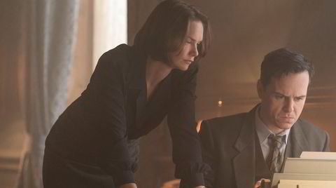Mona Juul (Ruth Wilson) og Terje Rød-Larsen (Andrew Scott) gir seg i kast med et diplomatisk stunt som skulle gi dem global oppmerksomhet.