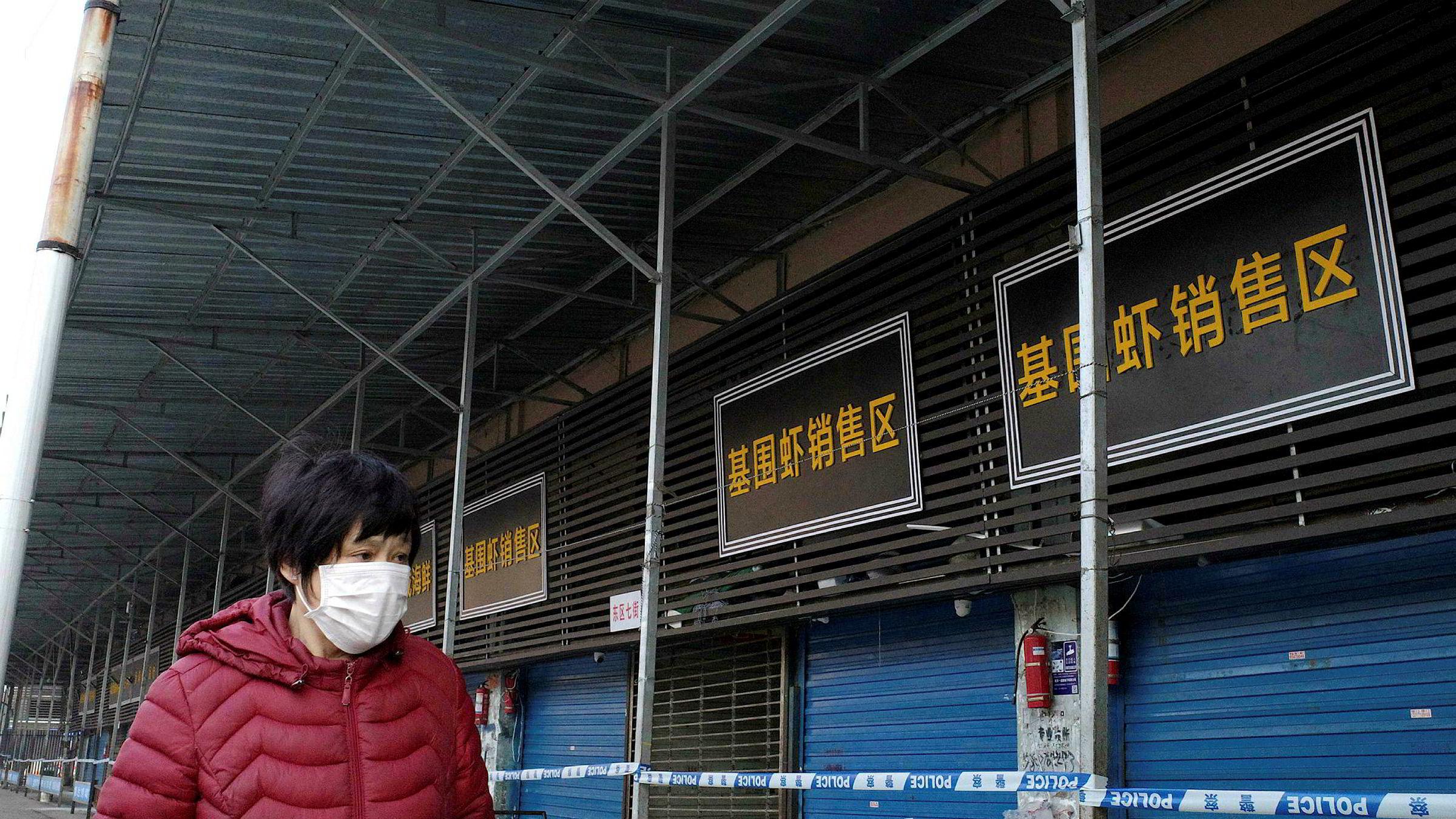 Myndigheter i den kinesiske byen Wuhan bekrefter at en mann døde onsdag av et sars-lignende virus. Byen er episenteret for utbruddet av coronaviruset. Nesten 800 mennesker døde under sars-epidemien for 17 år siden.