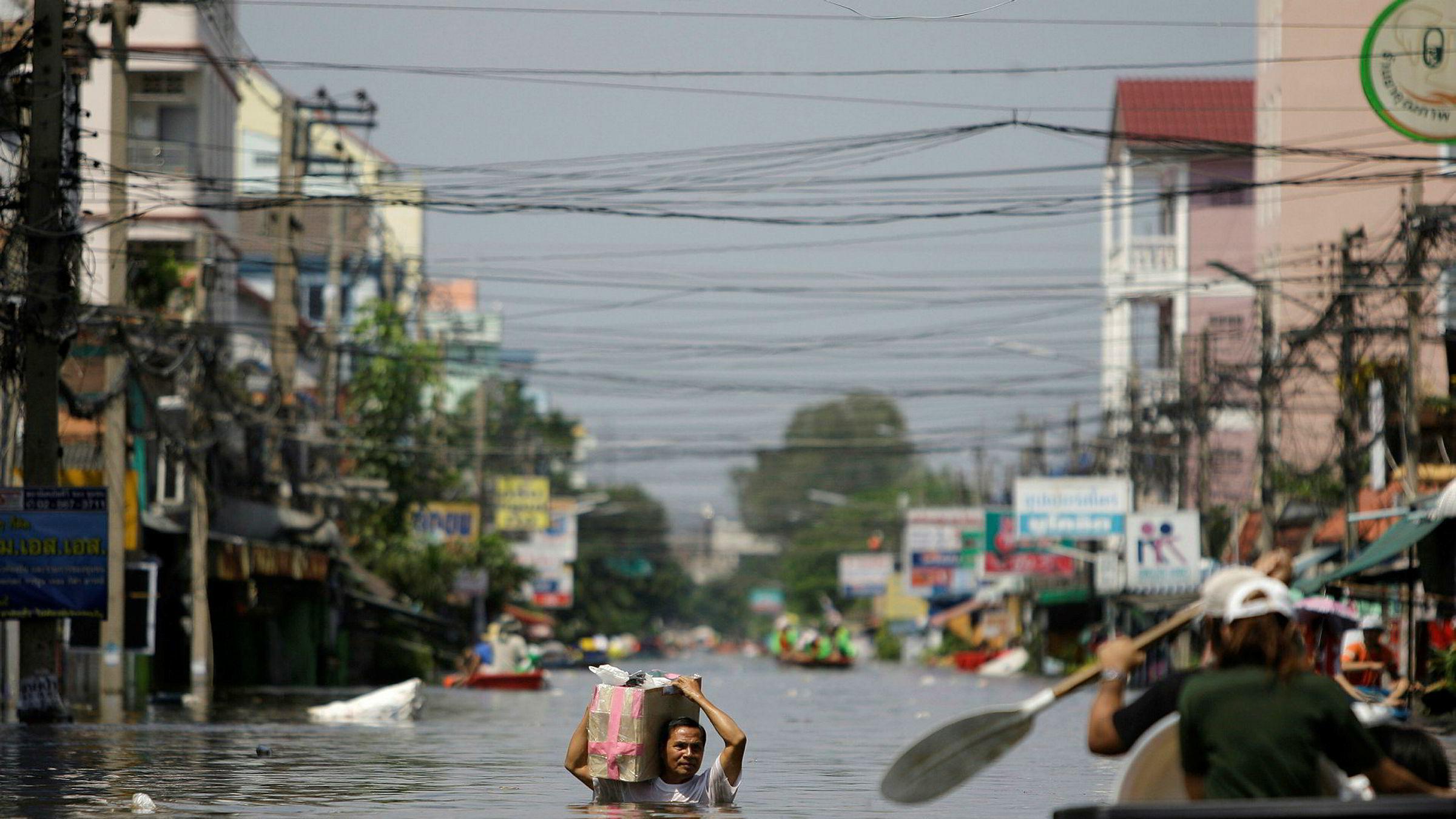 Klimaguru James Hansen ber verden handle nå for å redusere verdens klimautslipp. Kostnadene ved å ikke gjøre det vil bli gigantiske. Bildet viser en tidligere oversvømmelse i Bangkok etter omfattende monsunregn.