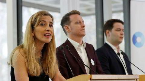 Sandra Khadhouri, James Clarke (i midten) og James Torrance på en pressekonferanse om det nye partiet Renew i London mandag.