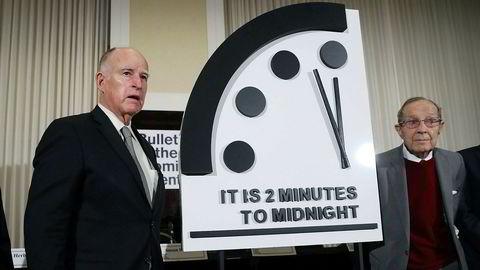 Bulletin of the Atomic Scientist har stilt dommedagsklokken til 100 sekunder på midnatt. Tidligere California-guvernør Jerry Brown og tidligere forsvarsminister William Perry avduket dommedagsklokken på torsdag.