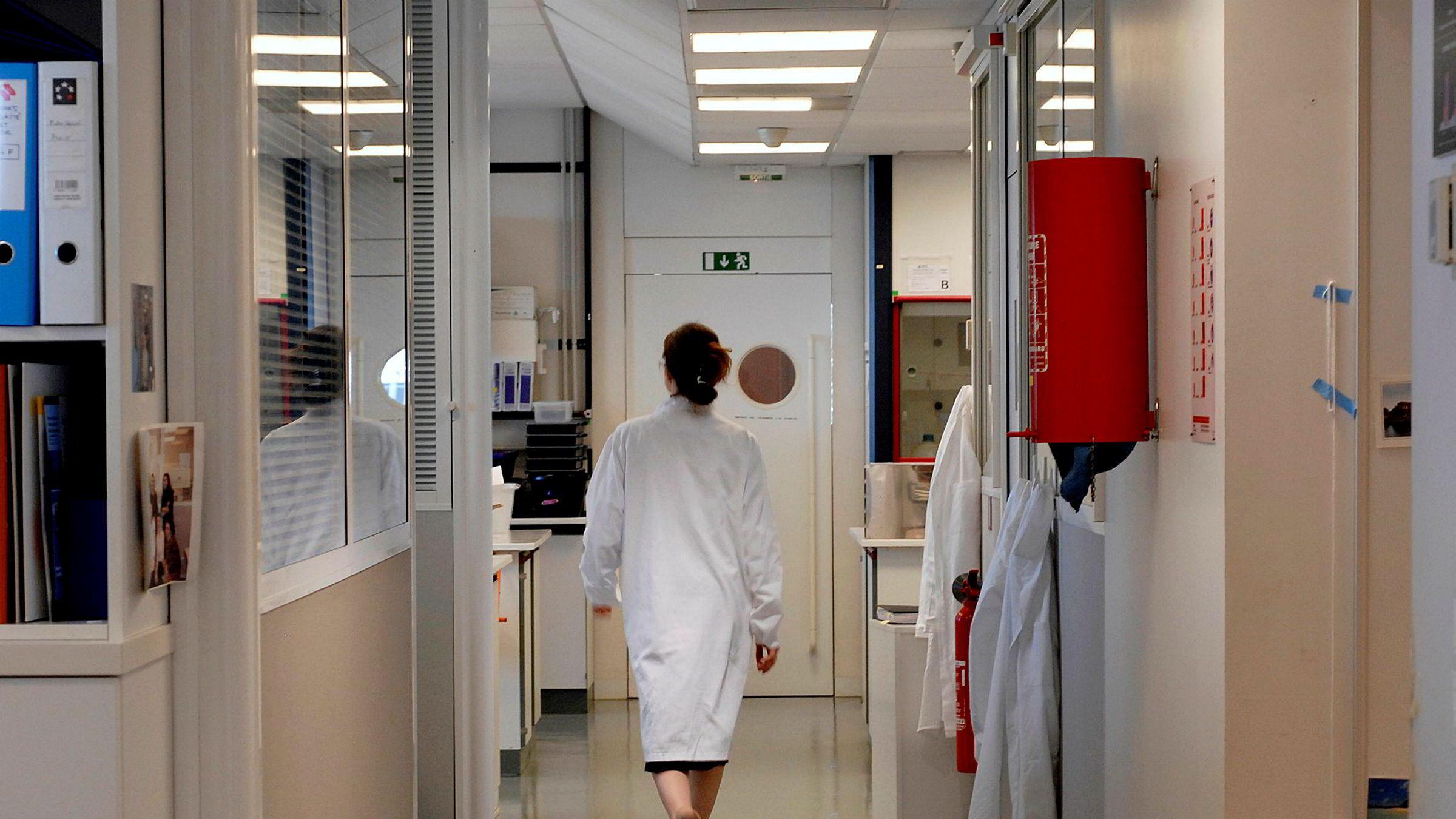 Mange ser nok også for seg laboratorium med stikkende, blått lys og unge, hvitkledde ingeniører med pc-er og mikroskoper. Det er imidlertid ikke bare når det gjelder nye legemidler og nye produkter helsenæringen utvikler seg, skriver artikkelforfatteren.