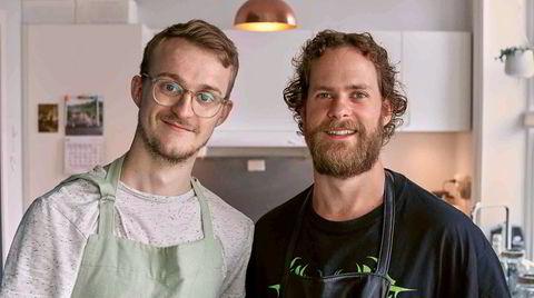 Heimkunnskap. – Det er det samme for oss om du er inspirert av en salat eller en feit burger, sier Martin Bryn (til høyre). Han og makker August Borgås vil bare få norsk ungdom inn på kjøkkenet, før og etter skolen.