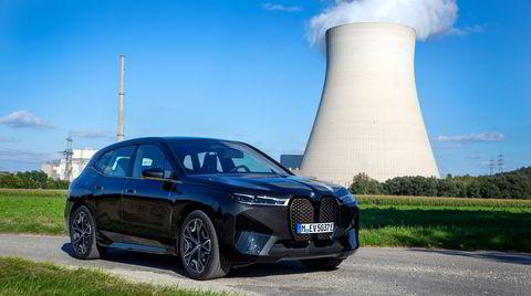 BMW iX er en kraftpakke av en bil. Den store BMW-grillen er vanskelig å stille seg likegyldig til.