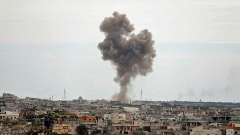 Kort tid før våpenhvilen ble satt i kraft midnatt, lokal tid, skal tyrkiske styrker ha drept 21 soldater fra den syriske regjeringshæren. Røyk fra russisk bombing av byen al-Bara i Idlib på torsdag.