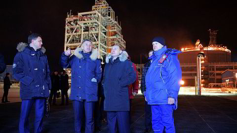 Russlands energiminister Aleksander Novak (t.v.), Novateks toppsjef Leonid Mikhelson og Russlands president Vladimir Putin var til stede da gassanlegget i Sabetta ble åpnet.