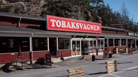 Parkeringsplassene utenfor butikkene ved Svinesund forblir neppe tomme når grensen åpner igjen.