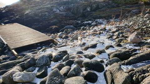 Flytebryggene som slet seg havnet i skjærgården i Grimstad og store mengder isopor havnet i strandsonen.