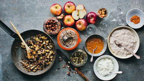 Varmt og sprøtt. En varm eplekrønsj med hasselnøtter, solsikkefrø og gresskarkjerner passer fint til chiapudding eller yoghurt. Foto: David Frenkiel