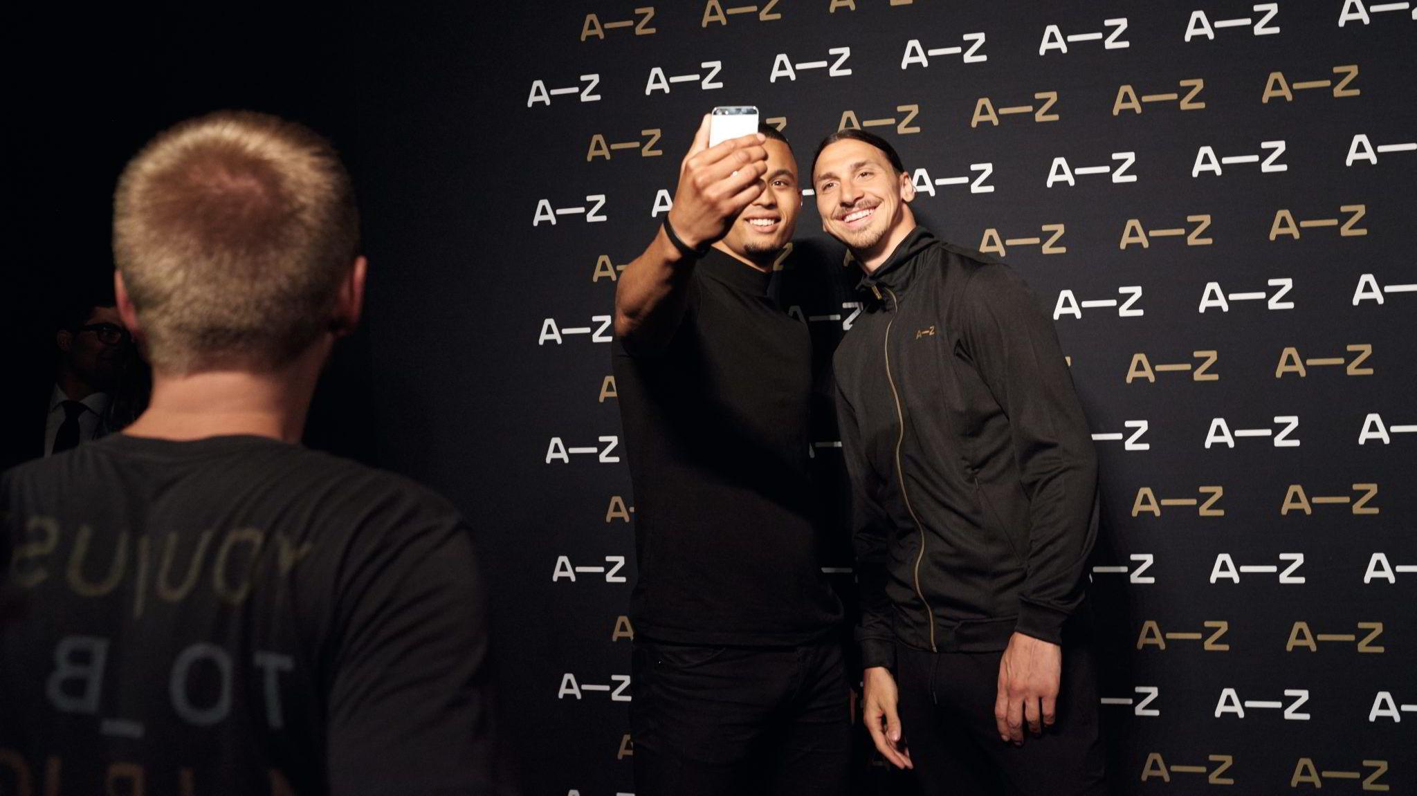 Zelfie. Zlatan Ibrahimović (34) stilte opp til selfie for samtlige av de 400 som stilte seg i kø foran reklameveggen til A–Z i Paris. Fotballspilleren er både blitt et moteikon og nå også en spillinvestor.