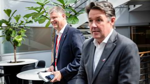 Norwegian-aksjen ble taper på Oslo Børs onsdag etter at lånekonverteringen i selskapet ble gjennomført. Her toppsjef Jacob Schram og Geir Karlsen (til høyre).